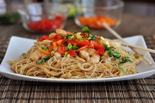 Makaron ryżowy z papryką i sezamem (źródło: pinterest)
