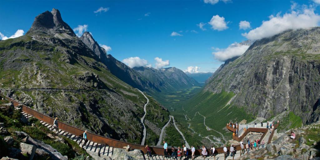widok na góry na drogę trolli w norwegii
