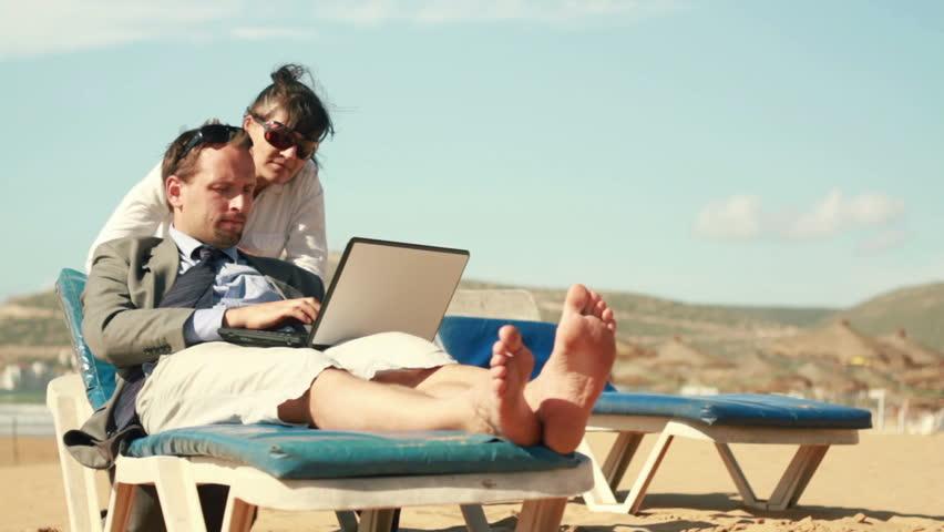 telewizja w laptopie na plaży