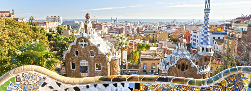 Hiszpania last minute - widok na miasto z dachu jednego z hiszpańskich kolorowych domów