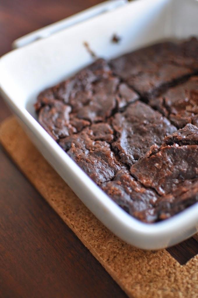 upieczone czekoladowe ciasto z cukinii - brownie