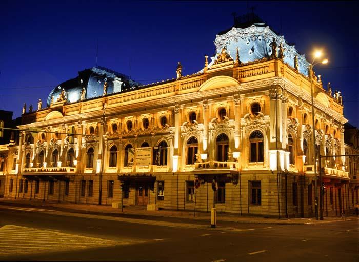 przepięknie oświetlony pałac poznańskiego nocą
