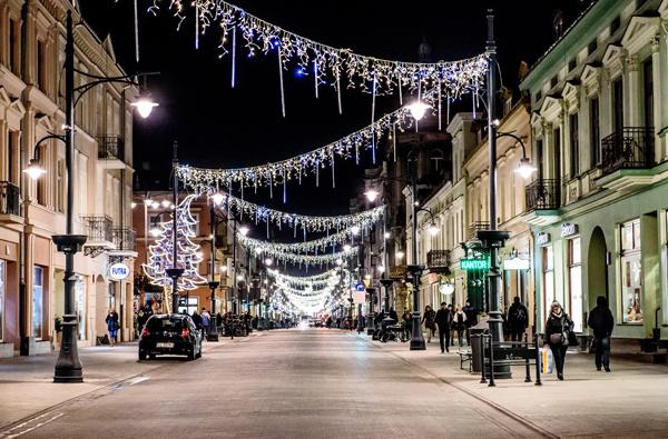 widok na świątecznie udekorowaną ulicę piotrkowską nocą