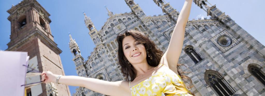młoda brunetka cieszy sie na tle kościoła w Mediolanie