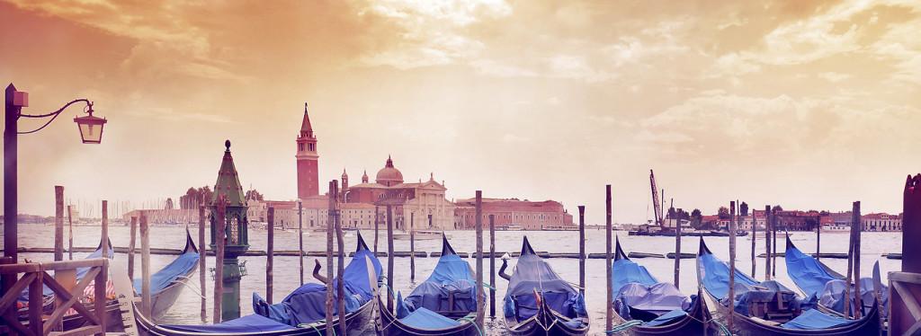widokówka z Wenecji z gondolami na przystani