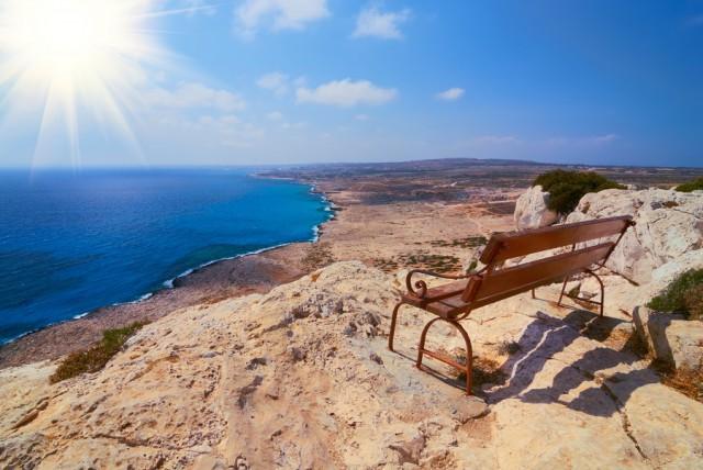 ławka w punkcie widokowym na skałach Cypr