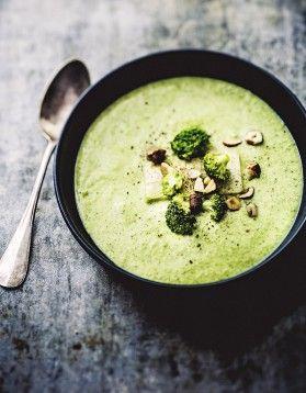 krem z brokułów udekorowany pistacjami i bukiecikami brokuła podany w czarnej misce