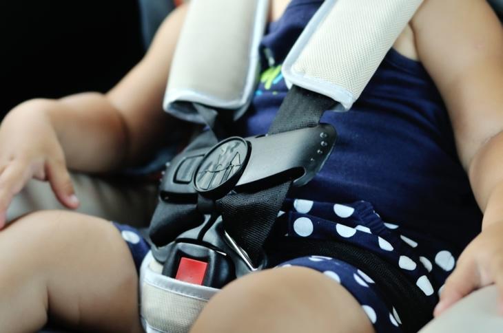 fotelik - zbliżenie na sa bezpieczeństwa prawidłowo zapięty na małym dziecku
