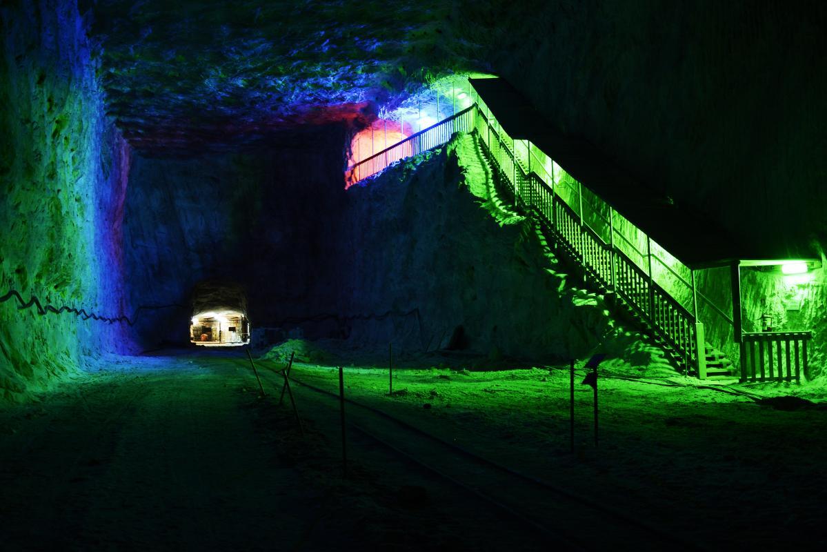 kłodawa kopalnia soli z podświetlonymi po zmroku schodami na zielono