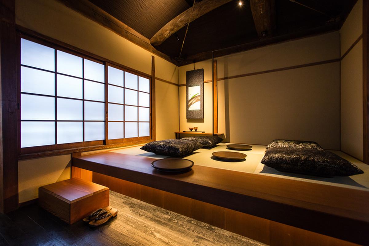 tatami w kawiarni słynnej sieci starbucks, która znajduje się w historycznej Higashiyama