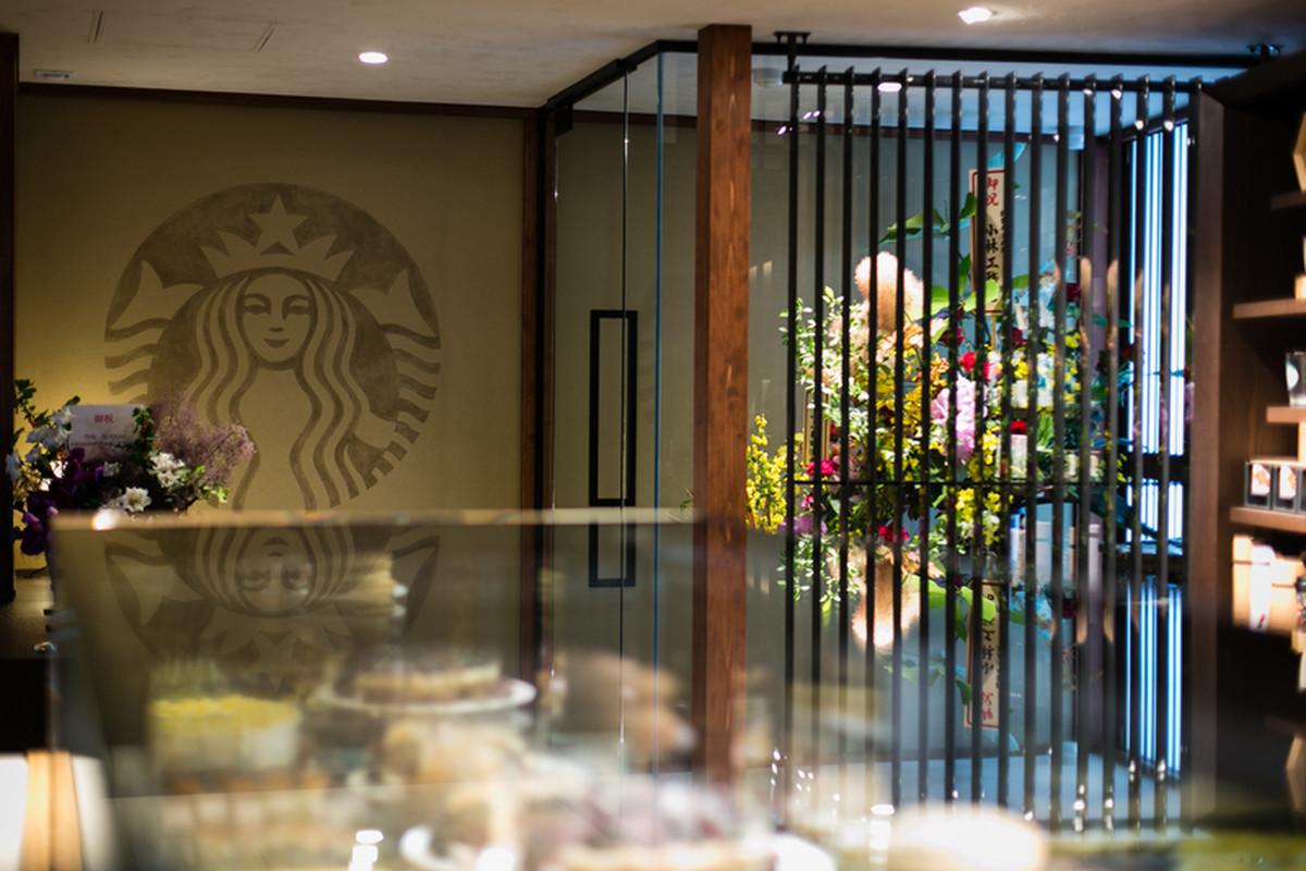 wnętrze budynku, kawiarni słynnej sieci znajduje się w historycznej Higashiyama z logiem starbucks na ścianie