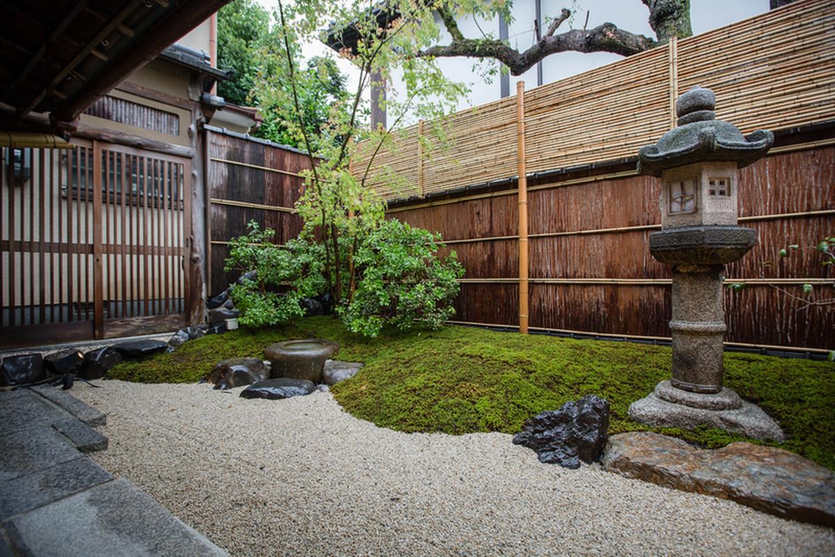 ogród kawiarni słynnej sieci starbucks, która znajduje się w historycznej Higashiyama