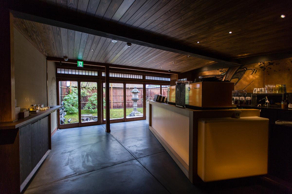 wnętrze budynku, kawiarni słynnej sieci starbucks znajduje się w historycznej Higashiyama