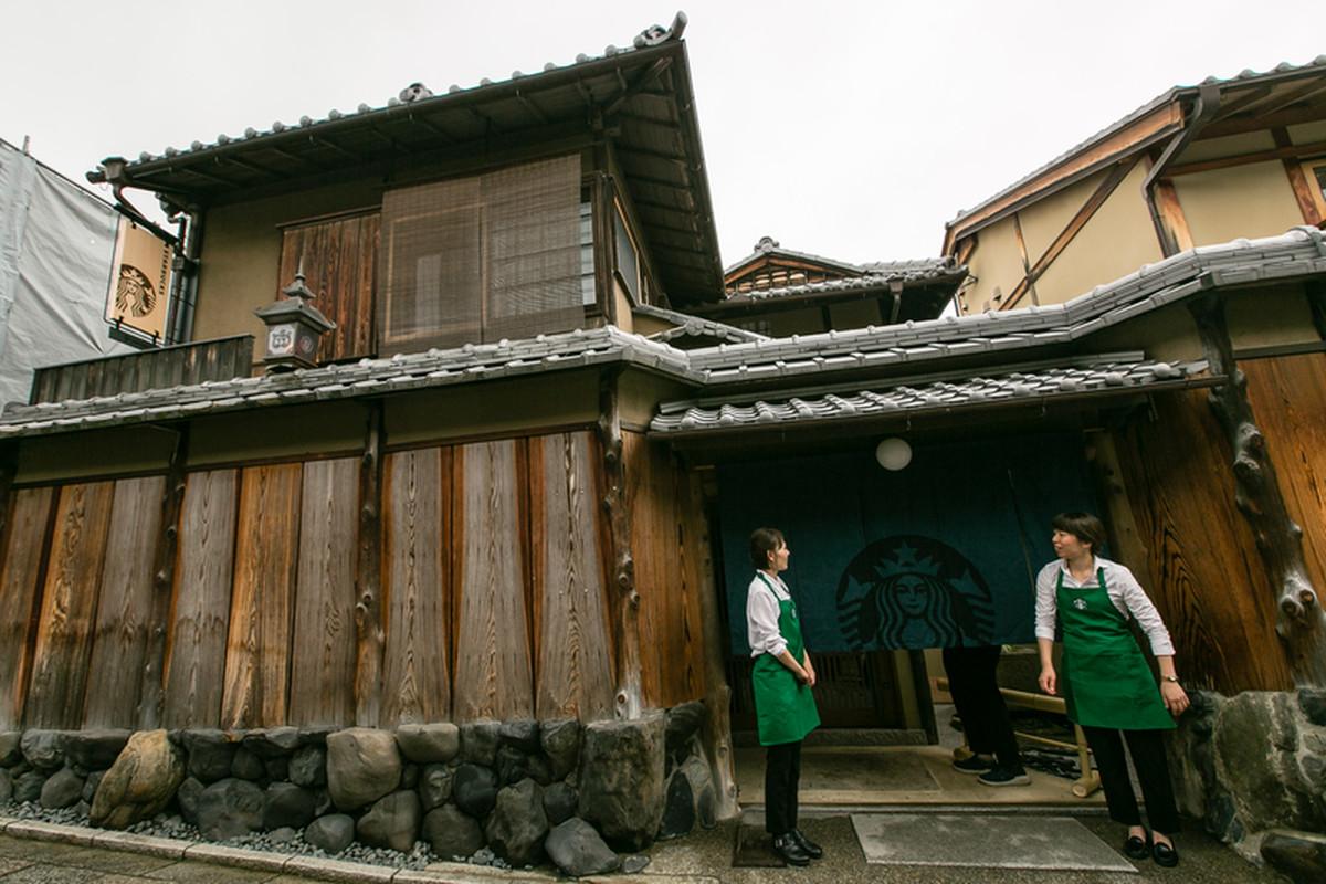 budynek, kawiarnia słynnej sieci starbucks, która znajduje się w historycznej Higashiyama