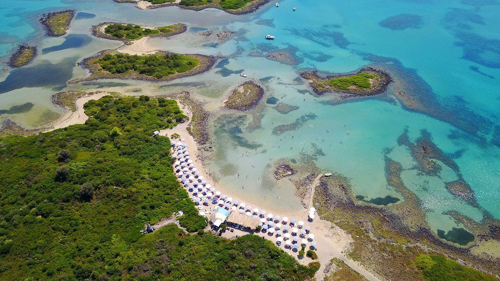 Plaża Monolia na wyspach Lichadonisia