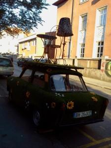 samochód reklamujący kawiarnię w centrum Belgradu